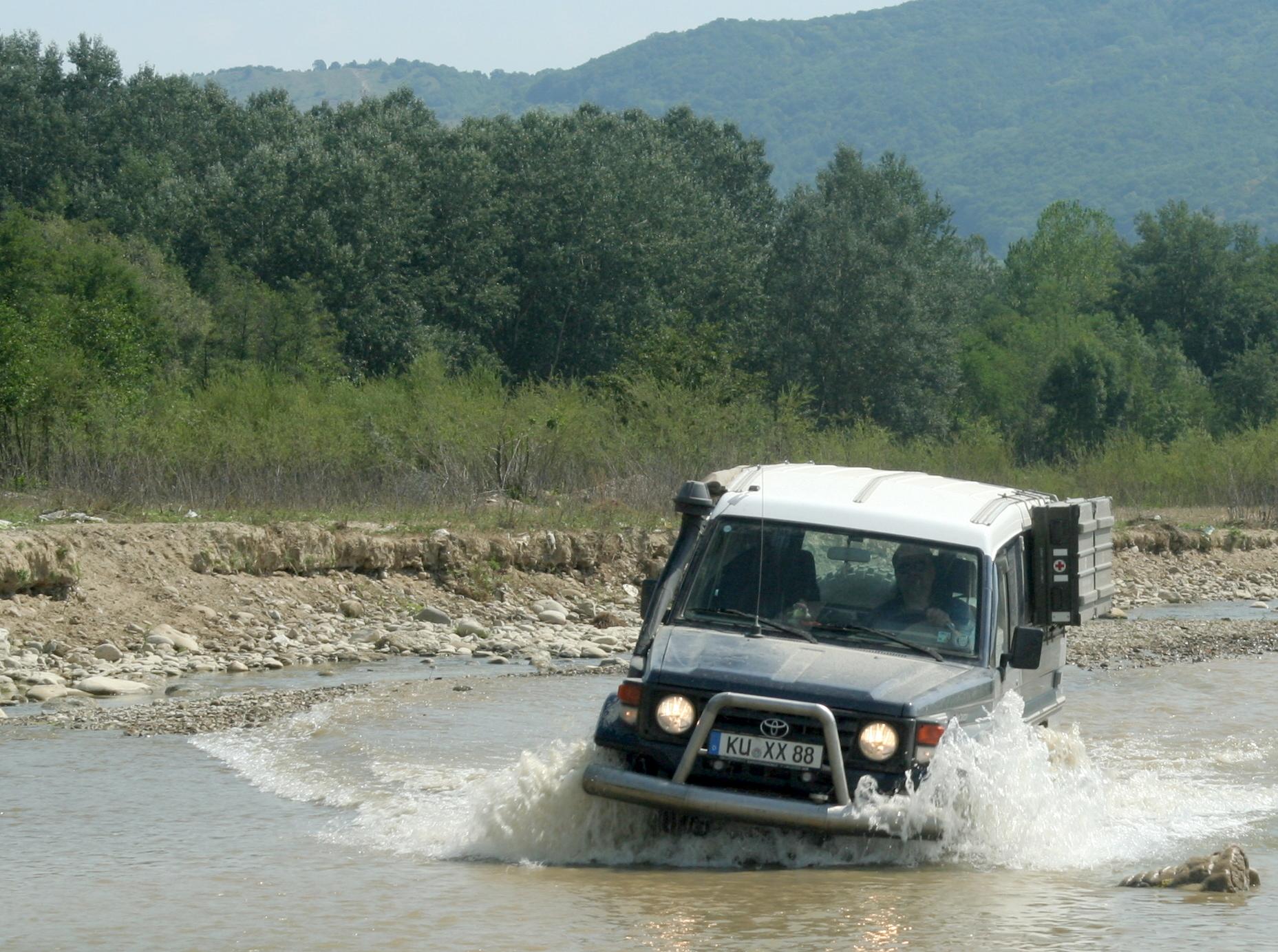 HZJ78 fährt im Fluss
