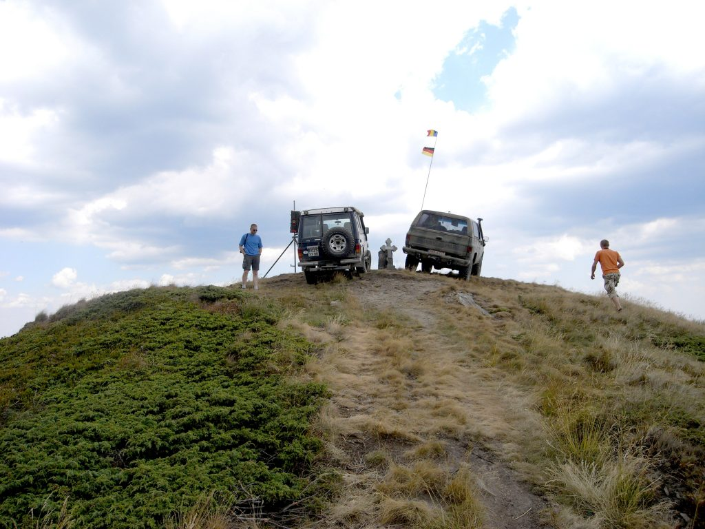 Zwei Autos auf dem Gipfel